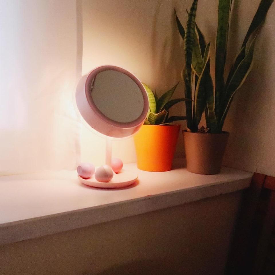 SARAH's MACUP丨推薦:化妝品收集狂的我!化妝桌上有什麼? 超多人問詢的Midea MIUO-T02化妝鏡檯燈
